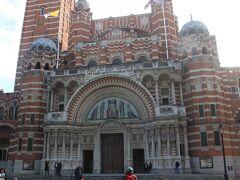 衛兵交代式を見終わったら、街歩きを再開。 ヴィクトリア駅近くにあるウエストミンスター大聖堂。  ウエストミンスター寺院と大聖堂は何が違う?と思いましたが、あとで知ったことですが、こちらはカトリック教会の聖堂だそうです。