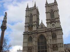ウェストミンスター寺院。 こちらはイギリス国教会の寺院になります。  ヘンリー8世は息子が欲しいあまりに、王妃を次々に離婚したり、処刑したりした王ですが、離婚を許さないローマ・カトリックと衝突。 そこで、ヘンリー8世はイギリス国教会を始めました。 その関係でイギリス王家と関係が深く、王家の人々の結婚式もここで行われます。