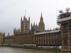 ずっと晴れていたのに、急曇りだして、さらに雨が降りだしました。 さすがはロンドン。  しばらく雨宿り。  テームズ川を渡る橋から見るイギリス国会議事堂。 立派な国会議事堂です。