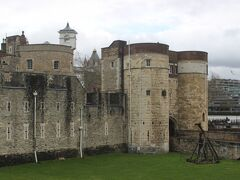 テームズ川沿いを3キロほど歩くと、ロンドン塔へ着きます。 フランスの貴族であり、さらにさかのぼればバイキングだったノルマンデイー公爵が海を渡ってイギリスを征服して、イギリス王を名乗って以来(「ノルマン・コンクエスト」 1066年)、代々国王の居城だった城塞です。 さらには多くの政治犯の監獄として、処刑地としても有名な場所です。