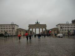 雨のブランデンブルグ門。ヴィルスの影響で観光客は減っているというものの雨でも人が集まっていました。雨の中演説している人がいました。