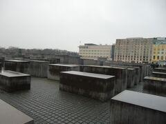 「虐殺されたヨーロッパのユダヤ人のための記念碑」この日は雨ということもあり、どんよりした気分でいっぱいになった。ここは住宅街 住んでいる人はどのような思いでこのモニュメントを見ているのでしょうか