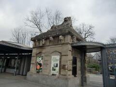 ついにベルリン動物園にやってきました。この入り口は旧東ドイツの味わい。