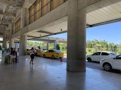 セブ島に到着!入国審査も終えてタクシー乗り場へ。 この黄色いのに。