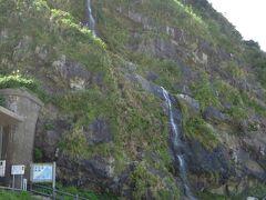 食後「庄屋の館」から徒歩10分弱の「垂水の滝」に行きます。 急いで行かないと時間的にきついので行かない人が殆どでしたが私は元取れ主義で走って行きました。  落差およそ35m、山から直接日本海に注いでいます。
