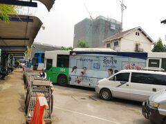 到着したのは狭いところになぜか京都市営バスが密集しているバスターミナルでした。