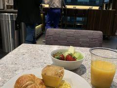 2019年5月3日 金曜日 NY2日目  昨日、バルセロナから初の大西洋越えでNYに到着し、大して時差ボケも無いと思っていたら、今朝は4時半に目が覚めてしまいました。 でも、熟睡したので元気一杯です。  ラウンジは6:30からなので、早々に朝ご飯を食べに行きました。 (マリオットボンヴォイ特典でラウンジ無料)