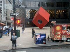憧れのブロードウェイ通りを走ります。  日系アメリカ人 イサム・ノグチさんの作品『Red Cube』が路上にありました。 ノグチさんの有名なコーヒーテーブルのレプリカを持っているので、何気に嬉しい♪