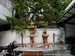 【柏屋旅館(Kashiwaya Ryokan)】   旅館の前の祠....結構、お祈りしていく人がいます....タイ人っぽくていいですねぇ~