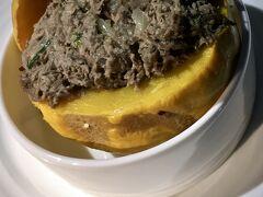 【エミレーツ航空】  トイレの話の後で、こんな料理ですいませんが......  最初の前菜です.....味は....微妙.......