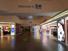 21時過ぎクアラルンプール国際空港に到着しました。ヒエー店員さん以外誰もいない。