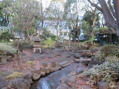 きれいだけど、水の流れも寒々しい高橋是清公園。  落ち葉の中には、赤坂御用地の葉っぱも混ざってるかも。