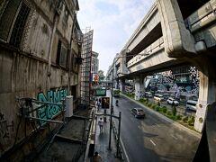 【バンコクの街並み】  BTS(スカイトレイン)の高架線が無骨なんだけど、これが本当に便利で市民の移動に大貢献しています。