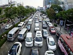 【バンコクの街並み】  モノレールや地下鉄ができた現在、まだまだ恐ろしい程の渋滞(まあ、一時期よりはマシだが).....  もう手遅れ....なのか、車の作りすぎ....なのか....