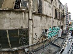 【バンコクの街並み】  その正面には、時代に取り残された家の壁が....色は、一緒なんだけどねぇ.....