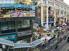 【バンコクの街並み】  昔(30年前)は、よく通ったエラワンそごう(向こうの黄色い建物).....  当時は、ここと大丸の本屋さんに、よく日本の本を立ち読みに来たよなぁ....