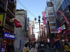 斜め向かいには、元祖元禄寿司店の特大マグロの赤身寿司の看板があります。職人さんの手がリアルですね。なお元禄寿司さんは、1958年に世界で最初に回転寿司を始めたお店です。ただ看板は2010年とまだ若いです。  ちなみに1970年に我が故郷新潟にも回転ずしの元禄寿司さんがあり、生まれて初めて回転ずしを食べたお店です。