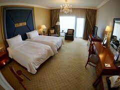 【Shangri-La Hotel, Bangkok】  正面玄関から間違って入ると...   写真:部屋は、大きくたいそう、立派です~