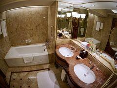 【Shangri-La Hotel, Bangkok】  これでも、9769バーツ(約35,000円)/ふたり/ツイン...ナリ。   写真:おお、このバスも正に「シャングリラ」ですねぇ...