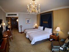 【Shangri-La Hotel, Bangkok】  3階まで上がって、延々と歩かされて、更に渡り廊下を渡って...