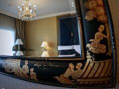 【Shangri-La Hotel, Bangkok】  「クルンテープ・ウィング」という別棟の部屋まで歩かされます。