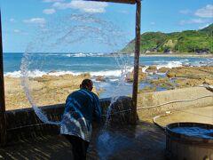 「道の駅 すす塩田村」で揚浜式製塩法の実演を見た後、