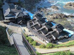眼下に憧れのお宿:葭ヶ浦温泉「ランプの宿」が見えます。 都はるみの ♪北の宿から♪ の舞台になった宿です。 450年もの歴史があるそうです。