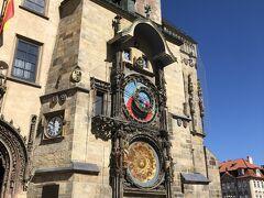プラハの天文時計。  1時間に一回?からくりが動き出します。 ただその際は多くの観光客が密集するため、スリとかも多そうですね。 お気をつけあれ。