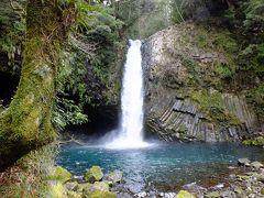 歌で有名な浄蓮の滝ですが落差はあまり有りません。 でも水量が豊富なのでそれなりに迫力があります。