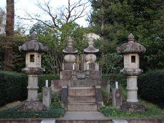 洗足池公園の一角に勝海舟夫妻の墓があります。 勝海舟は晩年、洗足池の風景を愛し別荘を構えていました。 生前から墓は洗足池畔と決めていたといわれ、遺言は「冨士を見ながら土に入りたい」といわれています。