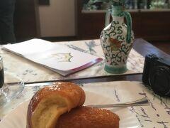 サンタキアラ教会 Complesso Monumentale di Santa Chiara  朝から何も食べていなかったので、教会の内部に入る前に付属のカフェテリア(兼ギフトショップ)で軽く腹ごしらえ。ここで見た目に奇妙なババを食べる。シロップ漬けでべちょべちょのドーナツといった感じ。カフェテリアは博物館、回廊からの出口にあります。