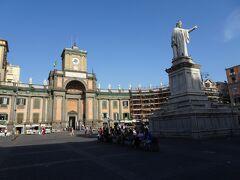 ダンテ広場(Piazza Dante)  最終的には西の端、ダンテ広場に到着します。 ここには地下鉄駅(Dannte)があります。 地下鉄には乗らず、そのまま大通りを南へ歩きます。