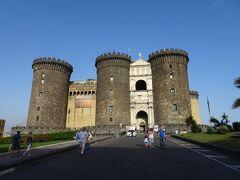 ヌオーヴォ城 Castel Nuovo  ヌオヴォ城(Castel Nuovo)は「新しい(Nuovo)城」を意味し、卵城と区別するために命名された。別名アンジュー砦とも呼ばれる。 13世紀にアンジュー家出身のナポリ王カルロ1世が、フランスのアンジェ城をモデルに建築したといわれている。アンジュー家支配末期に度重なる戦闘の舞台となり、大きく破損するが、15世紀から18世紀にかけて改築されて、現在に残る。正面に3つの円筒形の塔を持ち、2つの塔の間に、1443年、アルフォンソ一世(アラゴン王アルフォンソ5世)がナポリへ勝利の入場を果たしたを記念した凱旋門が建っている。(Wikiより)