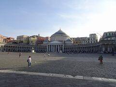 プレビシート広場 Piazza del Plebiscito  そこから、王宮の横をとおり、卵城の方へ向かって歩くと、この広大な広場に出る。名前の「プレビシート」とは、イタリア語で「市民会議」の意。 1860年、イタリア統一が進められていくなか、両シチリア王国はサルデーニャ王国に統合されるが、そのときの市民会議から広場に名前が付けられた。