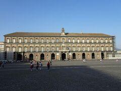 王宮 Palazzo Reale di Napoli  広場に面して建つ王宮。スペイン統治時代の17世紀初頭に、建築家ドメニコ・フォンターナの設計により建築された。以後、ブルボン家を始めとするナポリ王の宮殿(Palazzo Reale)として使用された。
