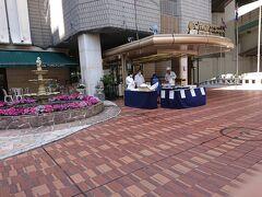 追記の追記  数日後、横浜駅西口にあるホテル横浜キャメロットジャパンの前を通りかかると何やらやっている。
