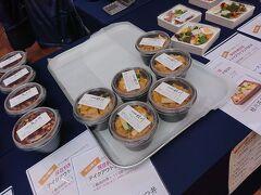 近寄るとお弁当の販売。  桃花苑のお弁当に桂川のお弁当。 びっくりしたのが、桂川のひれかつ丼。 桂川は、このあたりじゃちょっと有名な和食店。 http://www.y-kt.com/