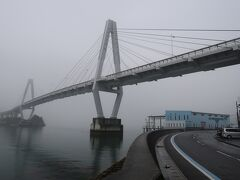 佐島から弓削大橋を渡り弓削島(ゆげじま)に上陸。生名橋、弓削大橋ともに通行料は無料です。