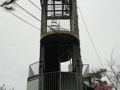 登山口から急坂を登ること約10分。城山の頂上でにある展望台に到着。城山は標高168m、村上水軍の出城、沖ノ島城があったと伝わる山です。展望台と周辺はひとけが無く荒廃しています。