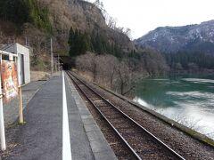 歩いて10分、早戸駅に戻る。 この駅もまた、目の前を只見川がゆったり流れ、いい感じの駅。