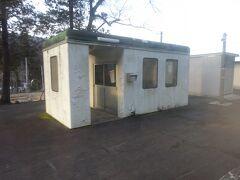 郷戸駅。 電話ボックスみたいな待合室。