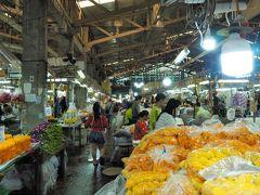 通りに面して一際大きな場内市場が。  こちらがパクローン花市場です。 なんと24時間営業なのだとか。