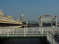 ワットアルンの次の船着場が パクローン花市場への最寄りとなります。  船着場はYodopiman Riverwalkという ショッピングモールにつながっています。