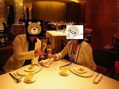実は、この日は結婚記念日♪空いていたので、記念写真を撮ってもらいました(この後満席。私たちは日本から電話予約をしました) ■マメ情報■メニューはアラカルトとシェフズ・テイスティング(コース料理)がありました。飲み物は、ワイン、中国茶が豊富でした