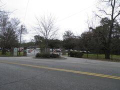 ダウンタウンから1時間で到着したストーン・マウンテン・パーク。 バスを降りてから公園の入り口まで10分ほど歩かなければいけない。 観光地だというのに、なぜ公園の入り口にバス停を作らないのだろう?