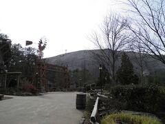 岩山の麓はテーマパークになっている。