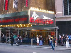 再びアンバサダー劇場です。灯がともっていました。