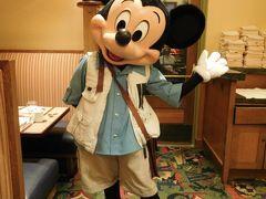 グランドカリフォルニアンホテルの『ストーリーテラーズカフェ』の朝食にやってきました。  ここで会えるキャラクターはミッキー、ミニー、チップ&デール、プルートの5人です。  まずはミッキー♪