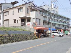 肉の専門店「松阪」 コロッケ60円?!安っ! 山頂で食べようと2個購入  注文してから揚げてくれたのでアツアツさくさく♪ なので、その場で1つ食べちゃいました  うま-( *´∇`)うま