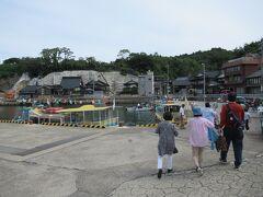 9:40 乗船場の「福浦港」には10分で到着。 9:45 貸切の遊覧船の予約時間です。 この関係で9:30発なんていう遅い時間のホテル出発でした。 福浦港発着は予約制の特別航路で団体客専用です。